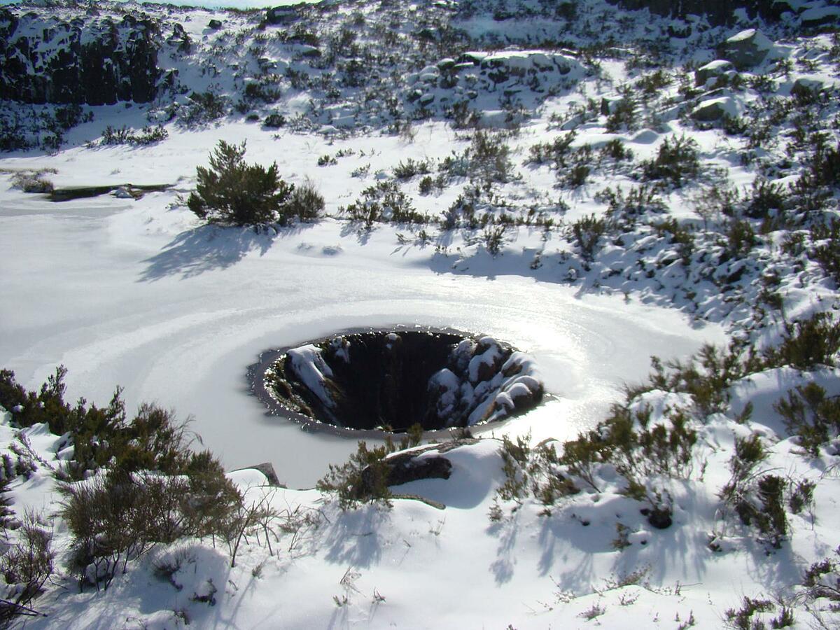 Hố nước 'không đáy' giữa lòng hồ