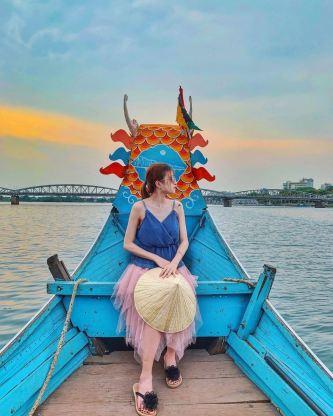 Theo thuyền xuôi ngược dòng sông Hương khám phá xứ Huế mộng mơ