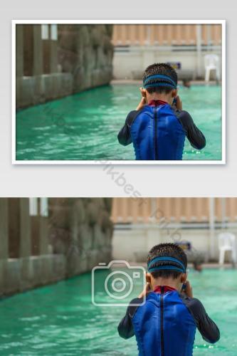 Các chàng trai châu Á đang bơi trong hồ bơiNhiếp ẢnhBản mẫuJPG