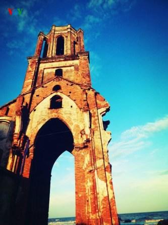 Vẻ đẹp hoang tàn đầy quyến rũ của nhà thờ đổ Trái Tim Hải Lý