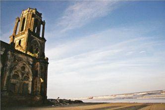 Đón bình minh trên biển vắng bên nhà thờ Trái Tim